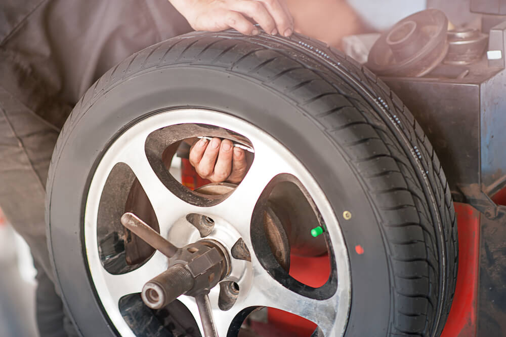 Technician measures wind of tire with TPMS